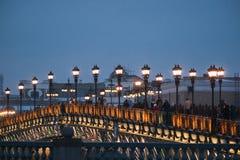 Povos na ponte do patriarca Fotografia de Stock Royalty Free