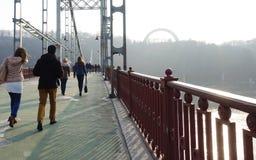 Povos na ponte pedestre em Kiev em um dia de mola foto de stock royalty free