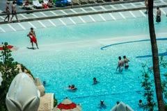 Povos na praia artificial no hotel da baía de Mandalay Fotografia de Stock Royalty Free
