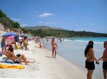 Povos na praia branca com o mar de cristal azul no verão no tampão Imagens de Stock