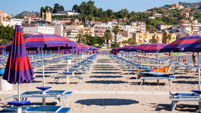 Povos na praia da cidade de Giardini Naxos na manhã Imagem de Stock