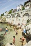 Povos na praia da cidade em Rovinj Imagem de Stock Royalty Free
