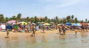 Povos na praia de Llevant, em Salou, Espanha Imagem de Stock