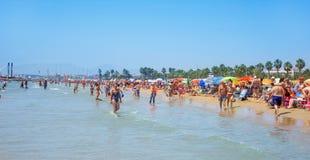 Povos na praia de Llevant, em Salou, Espanha Fotografia de Stock Royalty Free