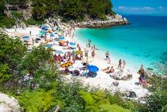 Povos na praia (de mármore) de Saliara na ilha Grécia de Thassos Imagens de Stock