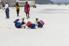Povos na praia de Zanzibar imagem de stock royalty free