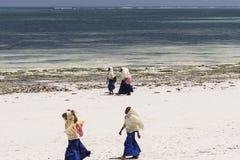Povos na praia de Zanzibar fotografia de stock