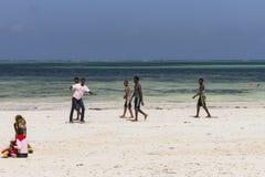 Povos na praia de Zanzibar fotografia de stock royalty free