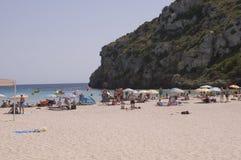 Povos na praia do porteiro do En de Cala foto de stock royalty free