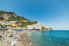 Povos na praia em Amalfi mundialmente famoso Foto de Stock