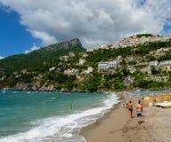 Povos na praia na égua do sul de Vietri o 10 de julho de 2014 imagem de stock royalty free