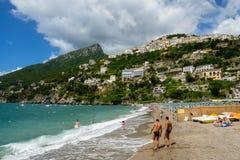 Povos na praia na égua do sul de Vietri o 10 de julho de 2014 fotos de stock royalty free