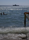 Povos na praia na baía em Ordzhonikidze. Fotografia de Stock