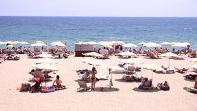 Povos na praia na Espanha video estoque