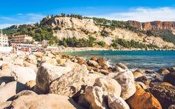 Povos na praia no cássis Imagens de Stock Royalty Free