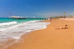 Povos na praia no turco Riviera perto do lado fotos de stock