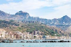 Povos na praia perto da margem de Giardini Naxos Imagem de Stock