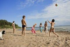 Povos na praia que joga o voleibol fotos de stock royalty free