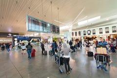 Povos na área da partida do aeroporto de KLIA 2, Kuala Lumpur, malaios Foto de Stock