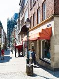 Povos na rua de Kramerstrasse na cidade de Aix-la-Chapelle Imagem de Stock Royalty Free