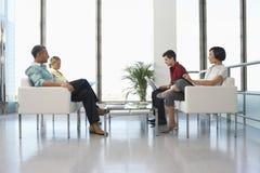 Povos na sala de espera moderna no escritório imagem de stock royalty free