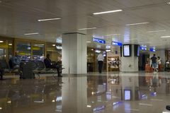 Povos na sala de estar de espera, aeroporto de Guarulhos, Brasil Foto de Stock Royalty Free