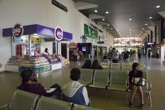 Povos na sala de estar de espera, aeroporto de Viru-Viru, Bolívia Imagem de Stock Royalty Free