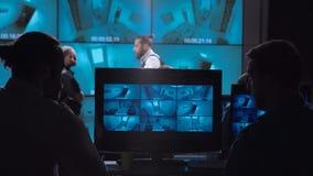 Povos na sala video da monitoração video estoque