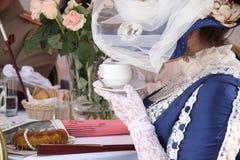 Povos na tabela no restaurante do vintage fotos de stock royalty free