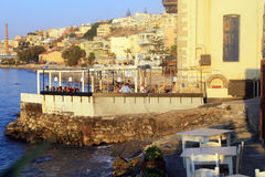 Povos na taberna grega tradicional na costa de mar, Creta, Gree imagens de stock royalty free