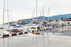 Povos na terraplenagem na cidade de Yalta no dia chuvoso Fotografia de Stock Royalty Free