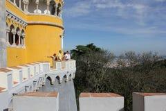 Povos na torre do palácio de Sintra Nacional Fotografia de Stock Royalty Free