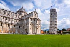 Povos na torre inclinada de Pisa em Itália Foto de Stock