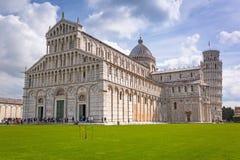Povos na torre inclinada de Pisa em Itália Fotografia de Stock