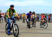Povos nas bicicletas que montam na rua da cidade Foto de Stock Royalty Free