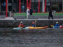 Povos nas canoas, enfileiramento, doca de Grand Canal, Dublin imagens de stock royalty free