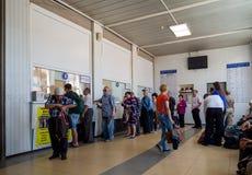 Povos nas estações de ônibus da cidade de Voronezh Foto de Stock Royalty Free
