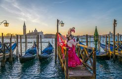 Povos nas máscaras e trajes no carnaval Venetian fotografia de stock royalty free
