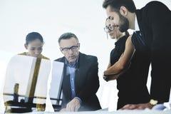 Povos nas melhores maneiras do trabalho de melhorar o planeamento na reunião no escritório Imagens de Stock