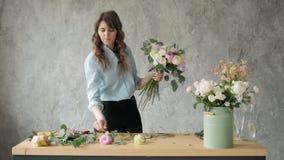 Povos, negócio, venda e conceito floristry - mulher de sorriso feliz do florista que faz o grupo no florista, ramalhete com vídeos de arquivo