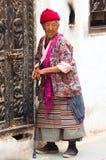 Povos nepaleses que andam em torno do stupa de Boudhanath Foto de Stock Royalty Free