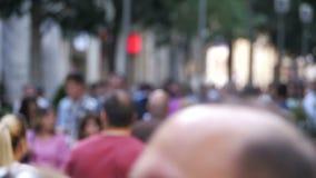 Povos anônimos da multidão que andam na rua no borrão Movimento lento filme
