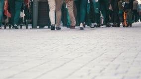 Povos anônimos da multidão que andam na rua Pés da multidão filme