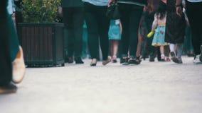 Povos anônimos da multidão que andam na rua Pés da multidão Movimento lento vídeos de arquivo