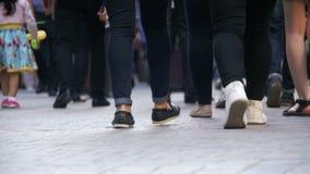 Povos anônimos da multidão que andam na rua Pés da multidão Movimento lento filme