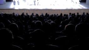 Povos no auditório que olha a fase Tiro da parte traseira footage filme