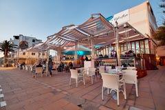 Povos no café de Del Mar do café no por do sol Ilha de Ibiza spain Fotografia de Stock Royalty Free