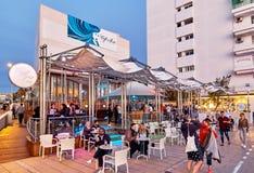 Povos no café de Del Mar do café no por do sol Ilha de Ibiza spain Imagens de Stock