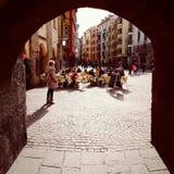Povos no café exterior em Innsbruck fotografia de stock royalty free