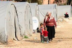 Povos no campo de refugiados fotografia de stock royalty free